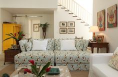 Reforma de casa de praia com 400 m² tem mix de estilos e clima tropical