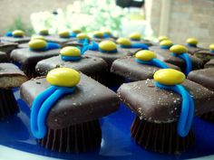 Easy #gradparty graduation cap #desserts! Mini reeses, chocolate grahams, m, and frosting! #maizeandblue #goblue