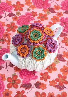 Tea cosy is flowerful! I would love to find the pattern for this cosy and make it.and would certainly be impressive at a small tea party. Crochet Home, Love Crochet, Crochet Flowers, Knit Crochet, Crochet Kitchen, Knitting Projects, Crochet Projects, Crochet Crafts, Knitted Tea Cosies