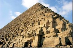 The imposing pyramid of Cheops last of the Seven Wonders of the Ancient World, the Pyramid of Khufu was raised to 2570 BC to serve the pharaoh tomb of the same name. Also called Great Pyramid, it was originally 146 meters high and 137 meters today.