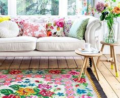 Gorgeous livingroom with a roses kelim carpet from www.rozenkelim.nl