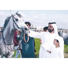 Mohammed bin Rashid bin Saeed Al Maktoum con su hijo, Rashid bin Mohammed bin Rashid Al Maktoum. Vía: maryam_mr_al_maktoum