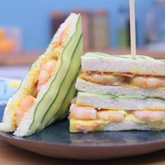 Sandwich Recipes 74089 Fresh and delicious, discover the cucumber and shrimp club sandwich Club Sandwich Recipes, Sushi Recipes, Healthy Chicken Recipes, Healthy Sandwiches, Tea Sandwiches, Sandwich Cake, Healthy Meals For Kids, Easy Meals, Bagel Recipe