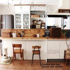 ホームセンターで木材を買って、L字型のキッチンカウンターを作りました。ワトコオイルを塗って渋い雰囲気にしています。キッチンの手元を隠す機能性が高く、カフェのような雰囲気が出せてお気に入りです。