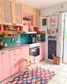 Via Amazing pink kitchen! Do you like it? Credits Via Amazing pink kitchen! Do you like it? Kitchen Cabinet Colors, Kitchen Colors, Teal Kitchen, Kitchen Paint, Kitchen Cabinets, Cute Kitchen, Kitchen Decor, Kitchen Rustic, Decorating Kitchen