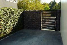 Metalen poorten . Tuinpoort met steenkorven op maat.