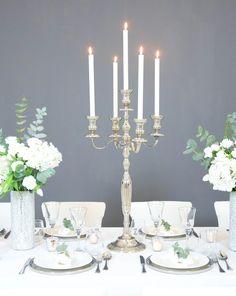 Hochzeit Tischdekoration in den Farben silber, grün und weiß. Elegante Dekoration mit Kerzenständer