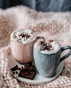 Vegan hot chocolate by .husemann 🍫Recipe: of plant based milk, 1 tbsp cocoa powder, 1 tbsp of vegan chocolate, 1 tsp of maple syrup, 1 tsp of cinnamon and optional: topping with whipped coconut cream or soy cream. Coffee Love, Coffee Break, Coffee Cup, Cozy Coffee, Coffee Drinks, Café Chocolate, Christmas Hot Chocolate, Hot Chocolate With Marshmallows, Chocolate Recipes