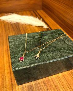 A @aron_hirsch arma press day em seu ateliê em São Paulo para apresentar a coleção Claws inspirada na era Vitoriana. A linha traz brincos colares e anéis com rubis esmeraldas e safiras todas em ouro 18K amarelo ou rosa e shapes de garra um dos principais símbolos da joalheria da época. Os itens chegam no dia 13 fevereiro ao shop in shop da label na @nkstore.  via ELLE BRASIL MAGAZINE OFFICIAL INSTAGRAM - Fashion Campaigns  Haute Couture  Advertising  Editorial Photography  Magazine Cover…