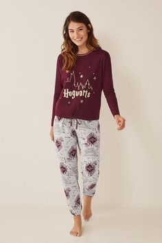 Set of Harry Potter pyjamas. Long-sleeved round neck t-shirt top with Hogwarts logo, and matching long bottoms in the same print. Pijamas Harry Potter, Harry Potter Pyjamas, Harry Potter Girl, Harry Potter Charms, Harry Potter Outfits, Cute Sleepwear, Girls Sleepwear, Lazy Day Outfits, Cute Outfits