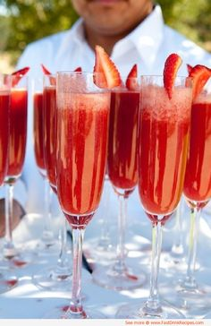 Strawberry Mimosas - strawberry puree and champagne. For Christmas brunch instead of orange juice mimosas Strawberry Mimosa, Strawberry Puree, Strawberry Wedding, Strawberry Tiramisu, Strawberry Summer, Strawberry Delight, Strawberry Desserts, Party Drinks, Cocktail Drinks