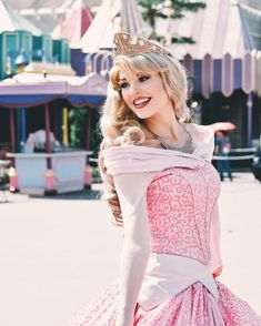 Check out Disney Cosplay at its best! Disney Day, Disney Girls, Disney Magic, Disney Princess, Disneyland Princess, Beauty Illustration, Disneyland World, Aurora Disney, Princess Pictures