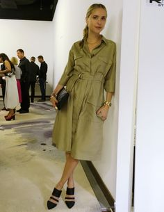 I just love a trench dress - and those shoes are fantastic Work Fashion, Daily Fashion, Fashion Blogs, Vestidos Safari, Red Converse Outfit, How To Wear Shirt, Safari Dress, Trench Dress, Looks Street Style