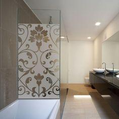 Recouvrez votre paroi de douche avec un sticker dépoli évidée d'une arabesque au style art déco.