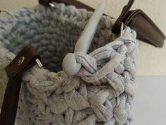 Nakoniec prácu ukončíme pevným očkom a tričkovinu zapošijeme zvnútra kabelky Merino Wool Blanket