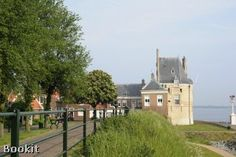 Auberge de Campveerse Toren ligt aan het Veerse Meer in het vestingstadje Veere in Zeeland. Dit unieke hotel met een eeuwenoude historie staat garant voor een romantisch verblijf.