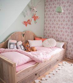 Выдвижная кровать для двоих детей (50 фото) – функциональная и компактная мебель http://happymodern.ru/vydvizhnaya-krovat-dlya-dvoix-detej-funkcionalnaya-i-kompaktnaya-mebel/ Выдвижная кровать в сложенном виде