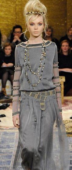 """Dieses und weitere Luxusprodukte finden Sie auf der Webseite von Lusea.de  Chanel """"Paris-Byzance"""" style with multiple pearl jewelry"""
