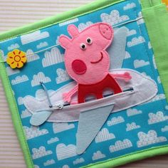 Ну что, начинаем путешествие нашей Свинки Пеппы. Из Британии наша героиня летит…