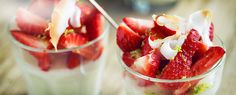 En deilig dessert med nøttesmaken fra kokos og friskheten av jordbær.Pynt med revet hvit sjokolade og ristede kokosflak på toppen. Kan tilberedes dagen før servering.