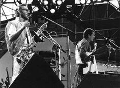 De Britse pop-formatie Supertramp gaf woensdagavond in het Olympisch Stadion te Amsterdam een drukbezocht concert. Links saxofonist John Helliwell en Dougie Thomson (r), bas-gitarist. 8 June 83