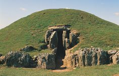 Bryn Celli Ddu Burial Chamber, Anglesey, Wales Stonehenge, Cairns, Ancient Ruins, Ancient History, Snowdonia, Ancient Architecture, British Isles, Archaeology, Places To See