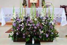 Gladiole, eustoma Large Floral Arrangements, Church Flower Arrangements, Floral Centerpieces, Altar Flowers, Church Flowers, Church Wedding Decorations, Altar Decorations, Flower Room Decor, Cascade Bouquet