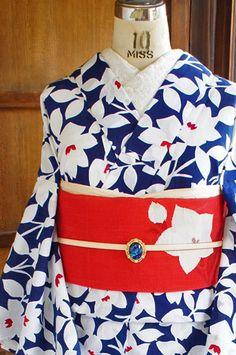北欧の海を思わせる綺麗なブルーと清々しい白にガーリーな赤がアクセントになったトリコロールカラーで、マリメッコのファブリックを思わせるようなモダンフラワーデザインが染め出された注染レトロ浴衣です。