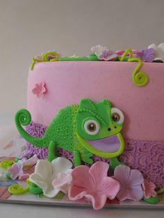 Rapunzel's chameleon friend, Pascal Rapunzel Torte, Bolo Rapunzel, Rapunzel Birthday Cake, Tangled Birthday Party, 4th Birthday Cakes, 4th Birthday Parties, Girl Birthday, Disney Themed Cakes, Disney Cakes