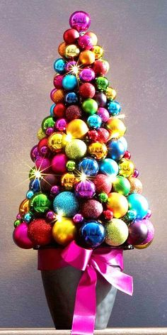 Check the latest trends for Christmas! Christmas tree made with a rainbow of Christmas ornaments. Noel Christmas, Christmas Balls, Vintage Christmas, Christmas Wreaths, Christmas Ornaments, Christmas Topiary, White Christmas, Colorful Christmas Tree, Christmas Colors