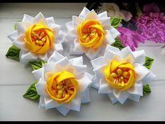 Нарциссы из лент Бантики Канзаши МК / Daffodils from ribbons Bows /Narcisos a partir de fitas. Diy Ribbon Flowers, Kanzashi Flowers, Ribbon Art, Ribbon Hair Bows, Ribbon Crafts, Flower Crafts, Fabric Flowers, Ribbon Embroidery Tutorial, Ribbon Flower Tutorial