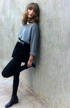Mia from Pinkwastelans blog is wearing the Velvet Full Woven Skirt in Navy by #AmericanApparel.  #fashion