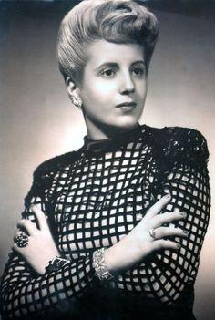 Gentileza: Museo Evita | Una foto que fue tapa de la revista Antena en 1945, ya terminando su carrera de actriz. El vestido es de Paco Jamandreu.