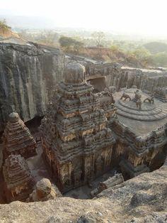 Talmente maestoso e divino da pensare che non sia opera dell'uomo. Il tempio indù di Kailasa, ad Ellora, in India, è uno dei più stupefacenti luoghi di culto presenti al mondo. Questo perché quest'ant