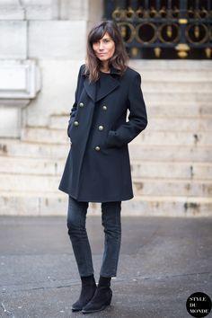 Emmanuelle Alt in a black coat + black tee + black skinny jeans + black suede ankle boots Emmanuelle Alt Style, Street Look, Street Style Chic, Looks Style, Style Me, Navy Style, Simple Style, Style Parisienne, Winter Fashion