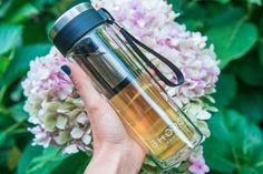 Travel Mug Vidrio // Con su doble pared de vidrio de borosilicato este termo con infusor portátil es perfecto para que lleves tu té a todos lados Water Bottle, Drinks, Vacuum Flask, Tea Pots, Glass, Water Flask, Water Bottles
