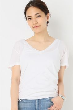 MONROW VネックTシャツ  MONROW VネックTシャツ 9180 縦に深いVネック体のラインに沿うシルエット柔らかいコットンの風合いがシンプルな中にも女性らしさを引き立てるMONROW のTシャツ カーディガンやアウターのインナーにも抜け感をプラスしてくれる優秀Tシャツは毎日使いたくなるベーシックアイテムです MONROWモンロー 2007年L.Aでスタートしたカットソーブランド スウェーデンのアパレル会社に勤めていたデザイナーのmegan georgeとmichelle wenkeによって立ち上げられました その着心地の良さは海外セレブにも愛されているブランドです 取り扱いについては商品についている洗濯表示にてご確認下さい 店頭及び屋外での撮影画像は光の当たり具合で色味が違って見える場合があります 商品の色味はスタジオ撮影の画像をご参照下さい モデルサイズ:身長:165cm バスト:73cm ウェスト:58cm ヒップ:85cm 着用サイズ:フリー
