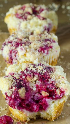 Raspberry Streusel Muffins | OMGChocolateDesserts.com | #muffins #raspberry #streusel