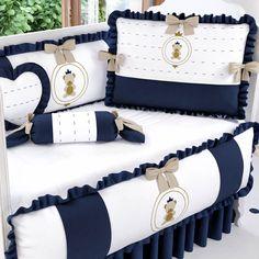 O Kit Berço Urso Teddy Realeza traz toda a fofura que seu príncipe merece para a decoração de quarto de bebê azul marinho!