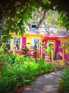 The cottage tea room! Very colorful! Yellow Cottage, Cozy Cottage, Cottage Living, Cottage Homes, Beach Cottage Style, Beach House Decor, Case Creole, Living Colors, Beach Bungalows
