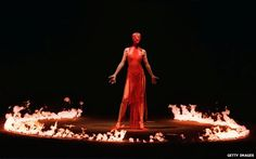 Alexander McQueen's best catwalk shows, including Kate Moss as a hologram and Shalom Harlow's spray painted dress. To mark the anniversary of his passing, Vogue revisits his most memorable moments on the catwalk. Victoria And Albert Museum, Beauty Exhibition, Trendy Fashion, Fashion Show, Women's Fashion, 1999 Fashion, London Fashion, Couture Fashion, Daily Fashion