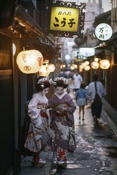 Two apprentice geishas on their way to evening appointments. Kyoto, Japan. 1961. © Burt Glinn / Magnum Photos
