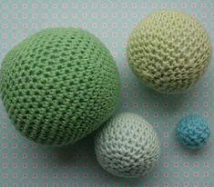Anna hæklede oprindeligt bolde, for at Hilmer havde noget at lege med, når han var på besøg. De nye bolde Anna har hæklet, synes hun er i så fine farver,