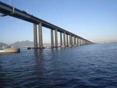 A Ponte Presidente Costa e Silva, popularmente conhecida como Ponte Rio–Niterói. Inaugurada em 1974, com extensão total de 13,29 km, dos quais 8,83 km são sobre a água e 72 m de altura em seu ponto mais alto. Atualmente é considerada a maior ponte, em concreto protendido, do hemisfério sul e a 11ª maior ponte do mundo.  Fotografia: Clara.