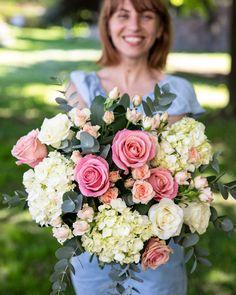Un buchet în culori delicate este cadoul ideal pentru cineva drag. Hortensiile albe, trandafirii roz și verdeața decorativă alcătuiesc un buchet elegant care se potrivește persoanelor de orice vârstă. Comandă flori online și surprinde-i pe cei dragi cu orice ocazie! Orice, Magnolia, Floral Wreath, Wreaths, Decor, Floral Crown, Decoration, Door Wreaths, Magnolias