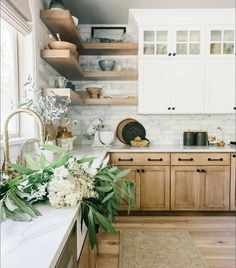 Light Wood Kitchens, Modern Farmhouse Kitchens, Farmhouse Kitchen Decor, Home Kitchens, Kitchen Ideas Light Wood Cabinets, Country Kitchen, Wood Kitchen Countertops, Natural Wood Kitchen Cabinets, White Countertops