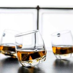 bujające szklanki do whisky