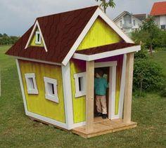 Hier wird der Traum vom eigenen Haus wahr... und das schon im Kindesalter. Schenken Sie Ihrem Kind eines der tollen bunten Cartoon-Häuser. In diesen smarten Holzhäuschen werden sich Ihre Kinder wohl fühlen, fast wie im wirklichen Leben.    Das Dach ist mit hellen Zedernschindeln gedeckt. Der Eingang befindet sich in der Vorderseite und in den Wänden sind glaslose Fenster eingebaut. Das Spielhaus ist aus massivem Kiefernholz gefertigt. Türelements, Türspion und Türgriffe sind in der Lieferung…