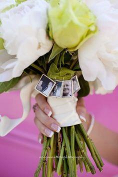 Damit auch die bei eurer Hochzeit dabei sind, die sie nicht mehr erleben können. Fotos am Brautstrauß! #foto #erinnerung #brautstrauß #hochzeit
