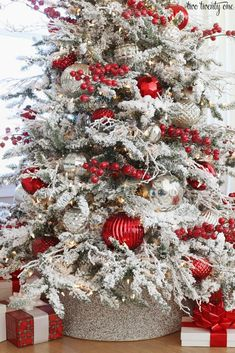 For some beautiful Christmas Tree inspirations, stop by and see My Favorite Christmas Trees of 2019 for so many great ideas! Flocked Christmas Trees Decorated, Rose Gold Christmas Decorations, Elegant Christmas Trees, Silver Christmas Tree, Christmas Tree Design, Christmas Tree Themes, Merry Christmas, Black Christmas, Christmas Games